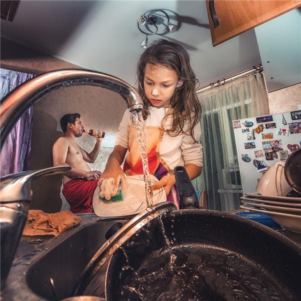 Này thì cho chừa cái tội đổ bia của bố, rửa hết đống chén dĩa đấy một mình nhé, con gái.