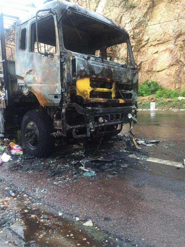Chiếc xe tải chở hàng cho siêu thị bất ngờ gặp nạn nên bốc cháy. (Ảnh: Internet)