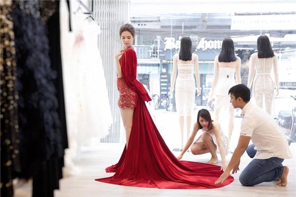 """Cùng chọn chất liệu nhung nhưng Ngọc Trinh lại khéo léo phối cùng phom váy ngắn với chất liệu ánh kim, chi tiết đính kết kì công bên trong để giảm độ dừ đặc trưng. Bộ váy cũng giúp nữ hoàng nội y """"chặt đẹp"""" Hoa hậu Hàn Quốc, Hoa hậu Trung Quốc khi tham gia một sự kiện tại xứ sở kim chi."""