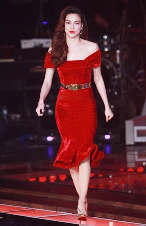 Hồ Ngọc Hà nổi bật với sắc đỏ trên sân khấu lớn. Dù bộ cánh được nữ ca sĩ diện cách đây vài năm nhưng so với thời điểm hiện tại thì không hề lỗi mốt. Thiết kế ghi điểm bởi sự tinh tế, gợi cảm chừng mực.
