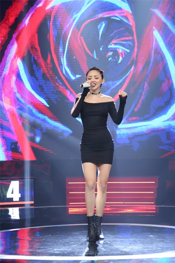 Mở màn chương trình, nữ ca sĩ Tóc Tiên đã khấy động không khí trường quay với ca khúc sôi động I'm In Love. - Tin sao Viet - Tin tuc sao Viet - Scandal sao Viet - Tin tuc cua Sao - Tin cua Sao