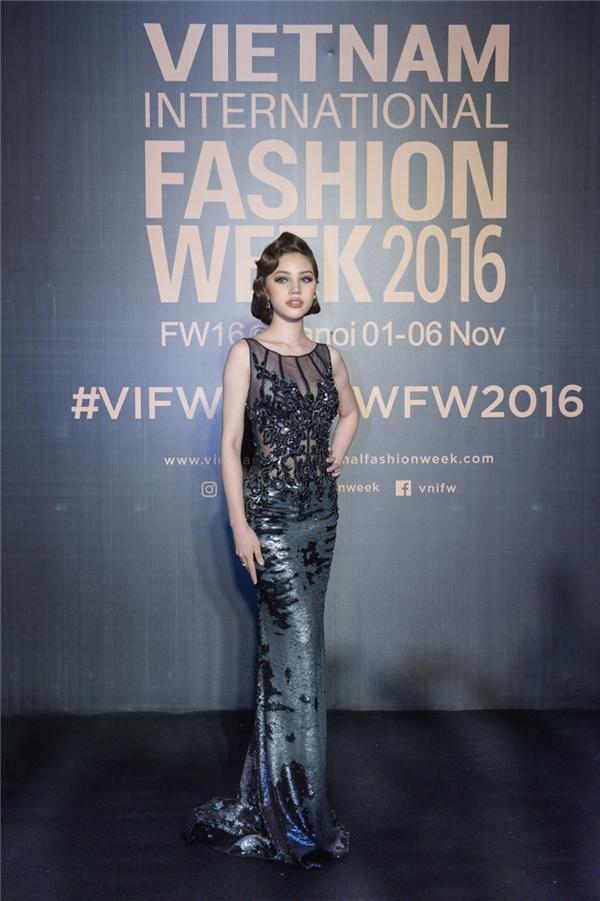 Hoa hậu Mỹ Linh lột xác, Tóc Tiên sexy bốc lửa trong ngày mở màn VIFW
