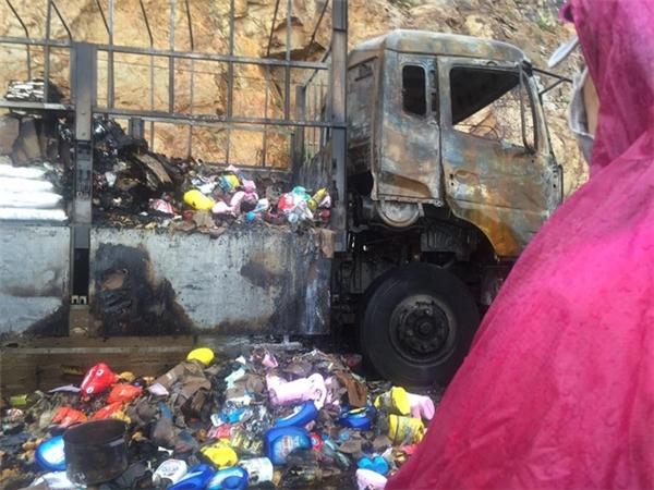 Xe tải bốc cháy dữ dội làm thiêu rụi tất cả hàng hóa. (Ảnh: Internet)