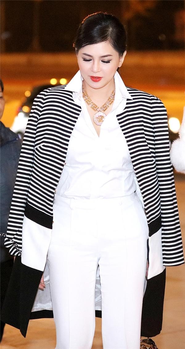 Thiết kế lấy hai tông màu trắng, đen làm chủ đạo kết hợp giữa quần âu, sơ mi và suit khoác ngoài. Các món trang phục này thuộc về hai thương hiệu danh tiếng của Pháp Versace và Weill.