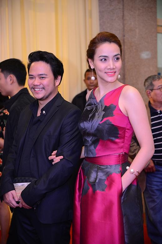 Diễn viên Trang Nhung sánh đôi cùng chồng trong trang phục màu hồng nổi bật.
