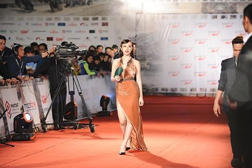 Angela Phương Trinh chọn trang phục xẻ táo bạo dự lễ khai mạc, thu hút mọi ánh nhìn của khán giả và báo giới.