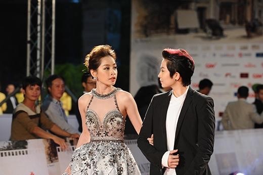 """Chi Pu chọn trang mục lộng lẫy như công chúa trong khi Gil Lê lại """"chuẩn men"""" sánh bước trên thảm đỏ."""