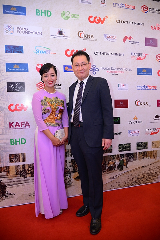 Ông Dong Won Kwak – Tổng GĐ Công ty CJ CGV Việt Nam – nhà tài trợ chính của LHP chụp hình cùng diễn viên & khách mời trong sự kiện.