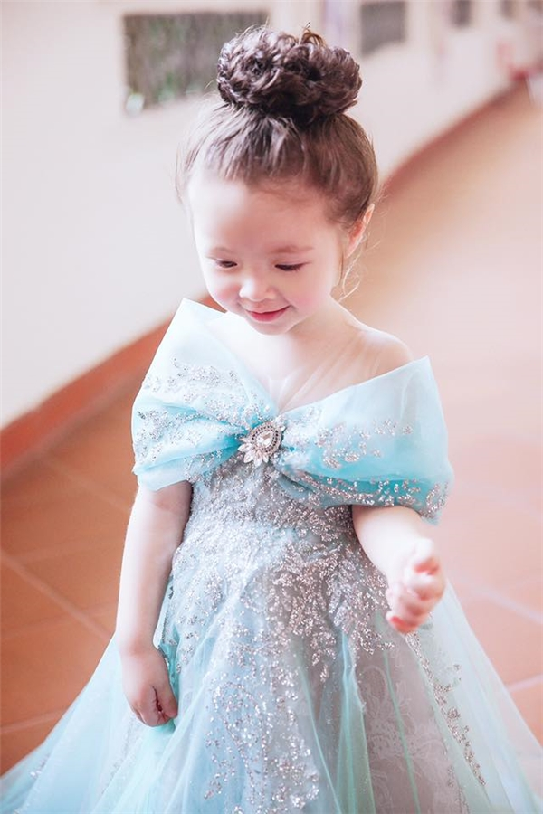 Cadie siêu đáng yêu như một công chúa nhỏ.