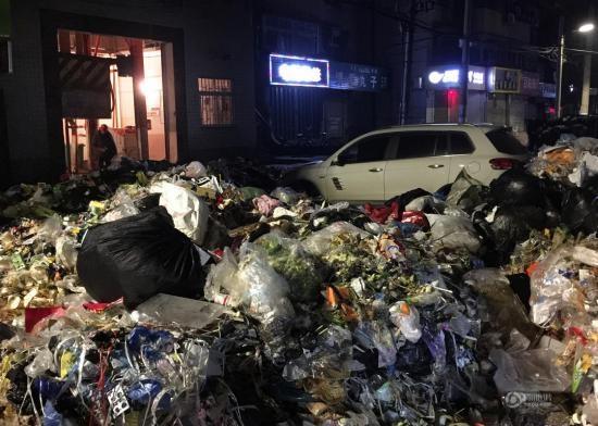 Bài học nhớ đời cho chủ xế hộp sang chảnh bị 10 tấn rác bao vây