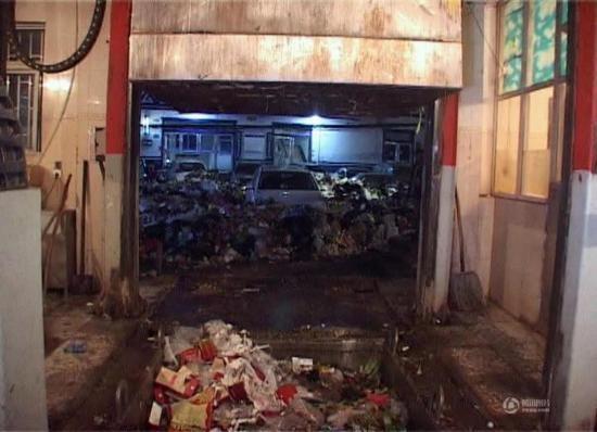 Chiếc xeđỗ ngay trước lối vào một trạm trung chuyển rác khiến các xe vệ sinh không thể vào,trong lúc nóng giận các công nhânđã đổ rác bao vây chiếc xe.