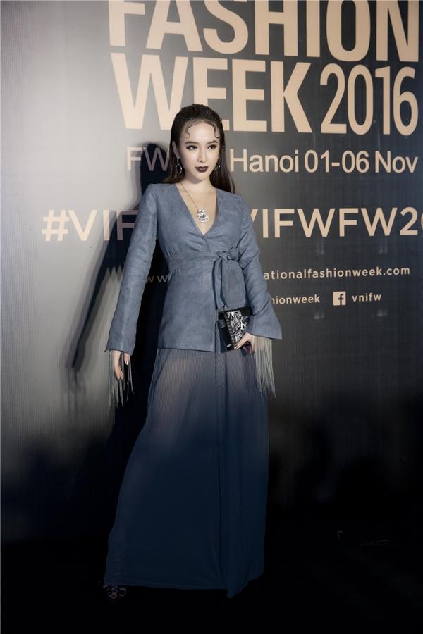 Angela Phương Trinh thu hút ống kính với phong cách thời trang cá tính, với chút ma mị.