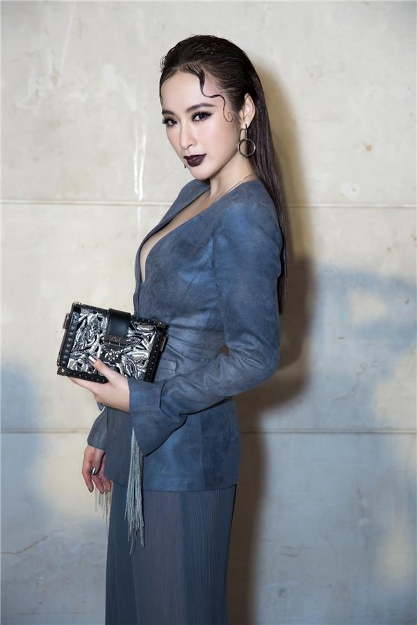 Lần này người đẹp dành thời gian để góp mặt và ủng hộ nhà thiết kế Công Trí -người mở màn cho Tuần lễ thời trang thu đông 2016 tại Hà Nội.