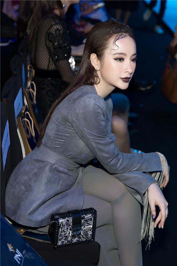 """Tuy nhiên, vì vấp phải một số sự cố nên Phương Trinh không mặc được bộ trang phục của NTK Công Trí mà cô đã chuẩn bị sẵn và được stylist Hoàng Ku """"cứu"""" vào giờ chót."""