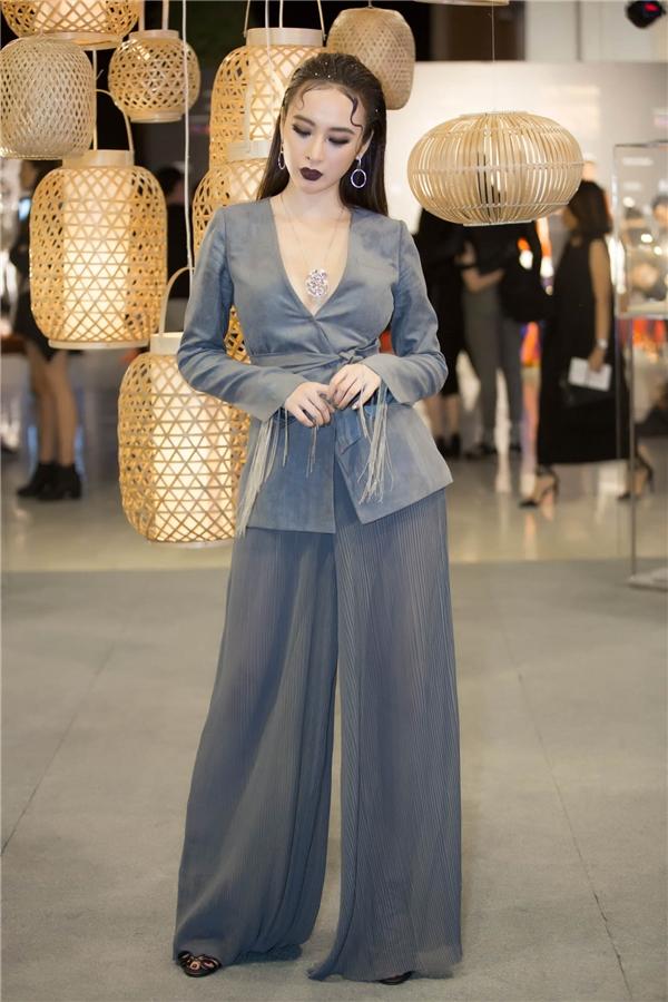 Nhiều trang phục của nhà thiết kế đã giúp nữ diễn viên Sứ mệnh trái timlọt vào danh sách sao Việt mặc đẹp của các báo và tạp chí.