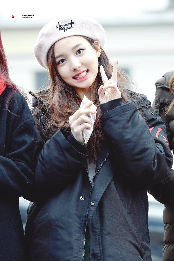 Nayeon (Twice) cực xinh với mũ nồi gam hồng ngọt.