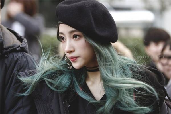 Hani (EXID) kết hợp mũ nồi với kiểu tóc xoăn nhẹ gam xanh khói vô cùng xinh đẹp và hút mắt.