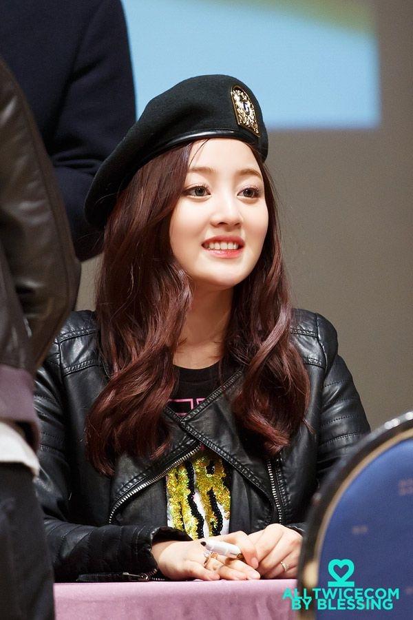 Jihyo cuốn hút với mũ nồi và tóc nâu đỏ.