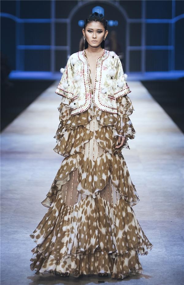 Kim Nhung là người mẫu Việt hiếm hoi được Công Trí lựa chọn trình diễn.