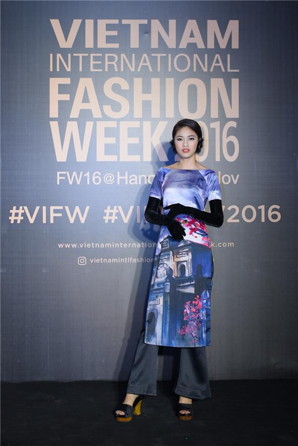 Á hậu Việt Nam 2016 Ngô Thanh Thanh Tú phá cách với áo dài mix găng tay nhung quý phái.