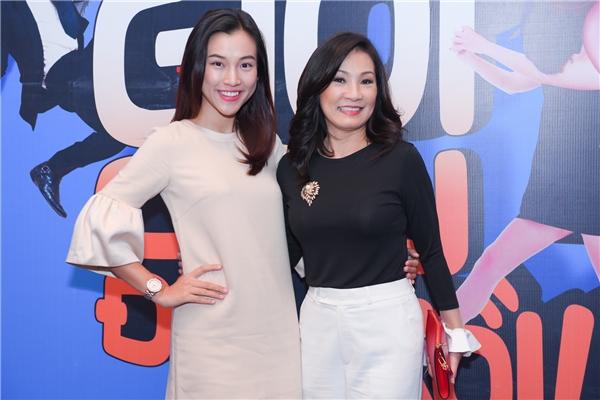 Hồng Đào vui vẻchụp ảnh cùng Hoàng Oanh - Tin sao Viet - Tin tuc sao Viet - Scandal sao Viet - Tin tuc cua Sao - Tin cua Sao