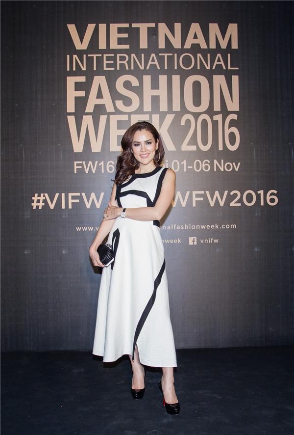 Hoa hậu Diễm Hương xuất hiện dịu dàng trong chiếc váy trắng bó sát.
