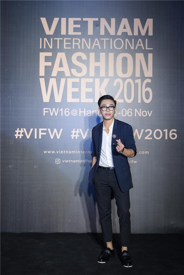 Thảm đỏ Vietnam International Fashion Week đêm thứ hai cũng chào đón các stylist hàng đầu Việt Nam như Hoàng Ku – vest cách điệu đơn giản luôn được anh lựa chọn.