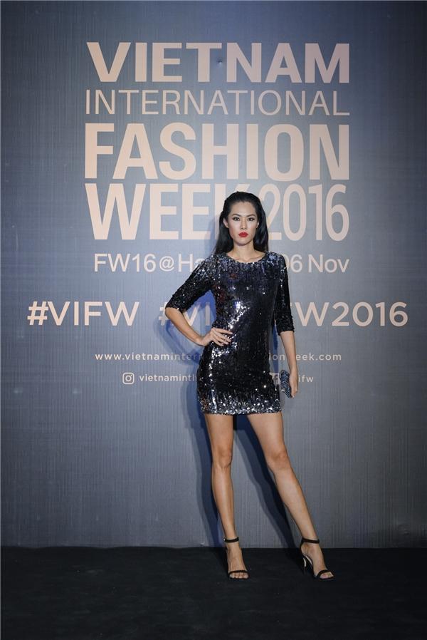 Hoa hậu Hoàn vũ Singapore 2011Valerie Lim cũng thu hút mọi ánh nhìn với chiếc váysequin bó sát.