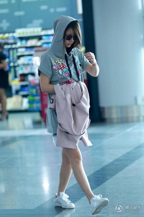Nhìn Lâm Tâm Như thon thả và vô cùng khỏa khoắn với thới trang quần jeans, áo phông và giày thể thao.