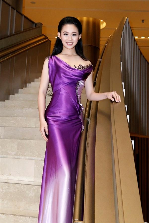 Tại đêm tiệc này, Thùy Dung có dịp hội ngộ người đẹp Thùy Linh - Top 10 Hoa hậu Việt Nam 2016. Thùy Linh cũng diện thiết kế của Hoàng Hải với sắc tím được nhuộm loang màu ấn tượng.