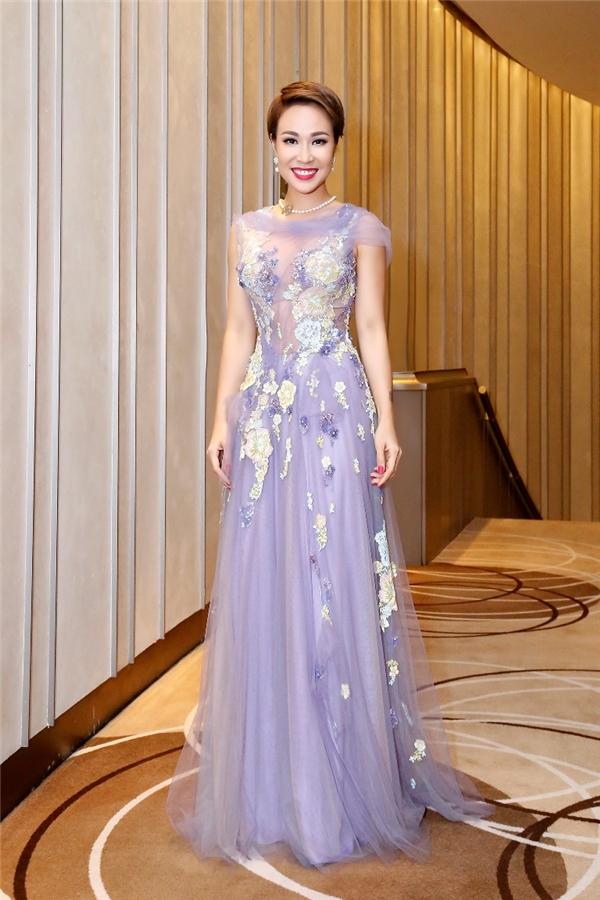 Uyên Linh ngọt ngào, thanh tú với dáng váy xòe kết hoa cầu kì.