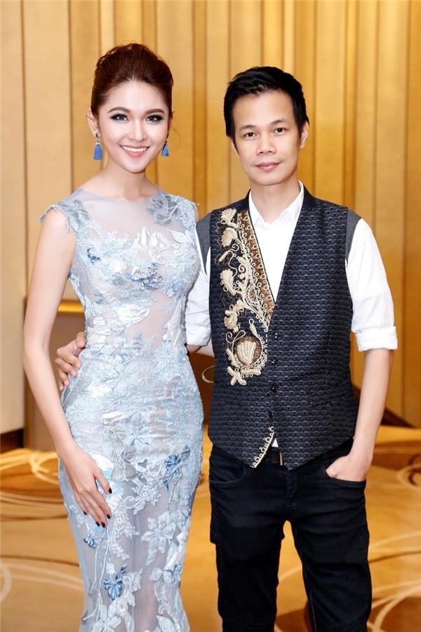 Nhà thiết kế Hoàng Hải thân thiết với Á hậu Thùy Dung trong đêm tiệc.