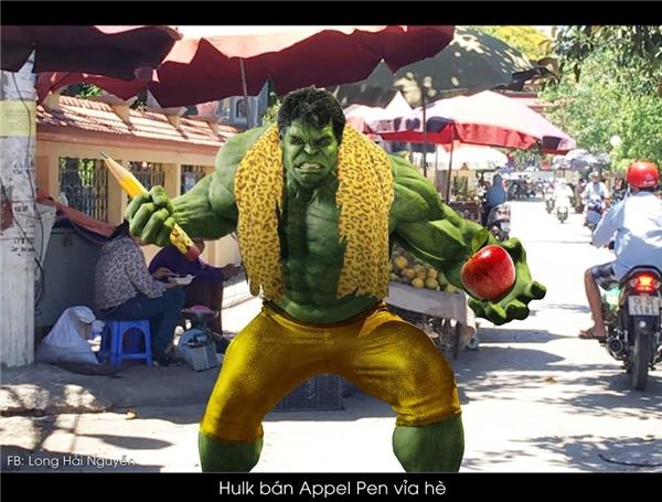 Anh Hulk thì dạo chợ, vừa bán táo vừa biểu diễn bài hát Táo Bút Dứa câu khách. (Ảnh: Long Hải Nguyễn)