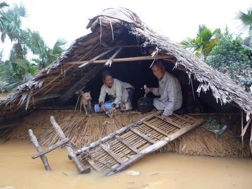 5 người chết, 10 người mất tích, 30000 ngôi nhà ngập úng do mưa lũ