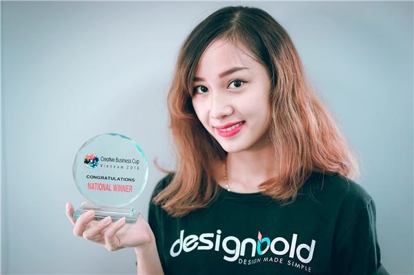 Chiếc cúp Creative Business Cup Vietnam 2016 của nhóm startup DesignBold. (Ảnh: internet)