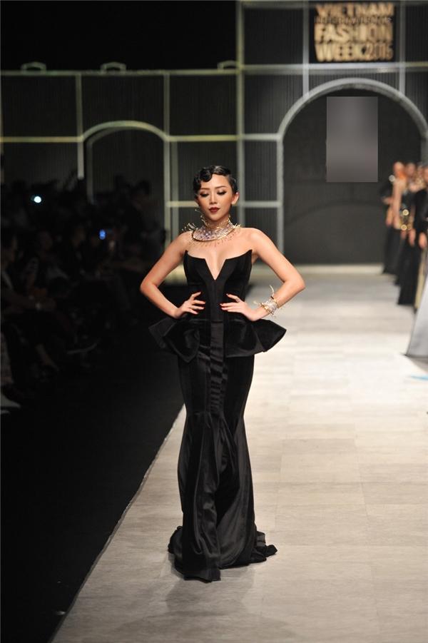 """Tóc Tiên chia sẻ khác với những lần làm mẫu ảnh, đi catwalk thực sự không dễ:""""Người khác trình diễn trang phục đã khó, tôi là mẫu diễn trang sức lại càng khó hơn"""". - Tin sao Viet - Tin tuc sao Viet - Scandal sao Viet - Tin tuc cua Sao - Tin cua Sao"""