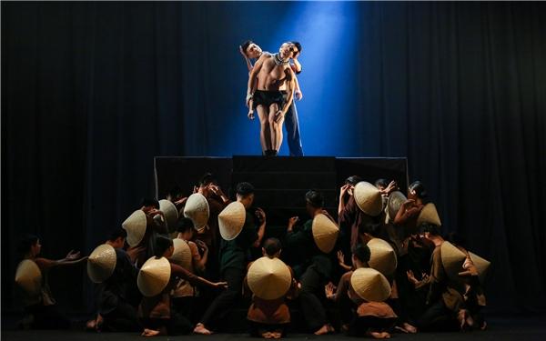 Với vỏn vẹn 45 phút nhưng kịch xiếc Anh Em đã dựng nên một bức tranh sinh động, đầy màu sắc và cảm xúc cho người xem. Lần đầu tiên tại Việt Nam, một liveshow xiếc lại có thể kết hợp với múa đương đại một cách nhuần nhuyền, bổ trợ lẫn nhau để các tiết mục trở nên ấn tượng và hoành tráng. - Tin sao Viet - Tin tuc sao Viet - Scandal sao Viet - Tin tuc cua Sao - Tin cua Sao