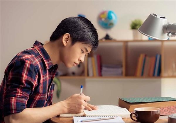 Một cốc sữa sô cô la trước khi học bài giúp bạn ghi nhớ kiến thức nhanh.