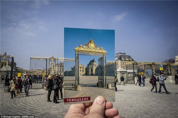 Ngoài sự khác biệt giữa màu sắc bầu trời trong tấm bưu thiếpvà cảnh thật thì hầu như mọi chi tiết còn lại về Palace de Versailles ởParisđều tương tự nhau.