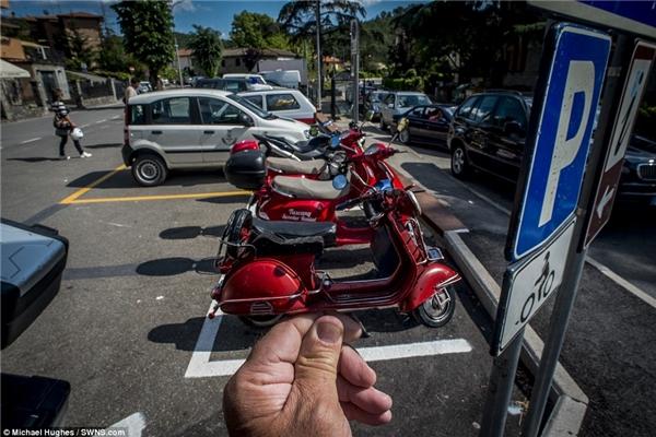 Mô hình xe Vespa tại bãi đỗ xe tại Greve, Ý -nơi mà xe gắn máy là phương tiện giao thông được sử dụng phổ biến.