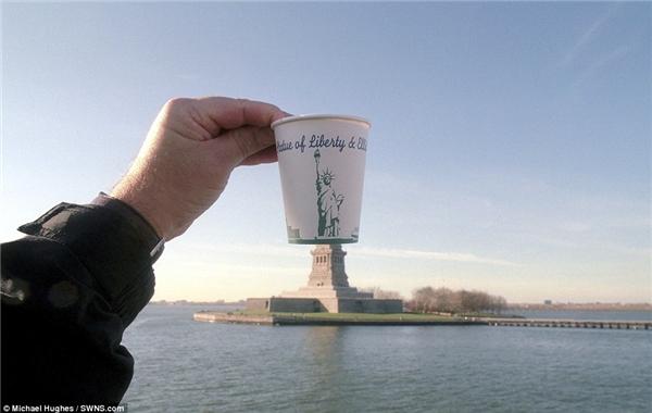 Tượng nữ thần tự do cao lớn và hùng vĩ tọa lạc tại cảng New York bỗng bị thu nhỏ chỉ bằng kích cỡ của một chiếc ly giấy.