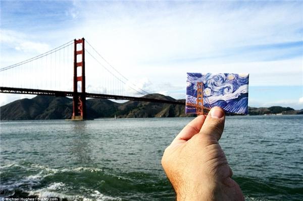 Miếng nam châm dán trên tủ lạnh có in bức tranh cầu Cổng Vàng theo phong cách Van Gogh ở San Francisco đã kết hợp vô cùng ăn ý với cảnh vật thật nơi đây.