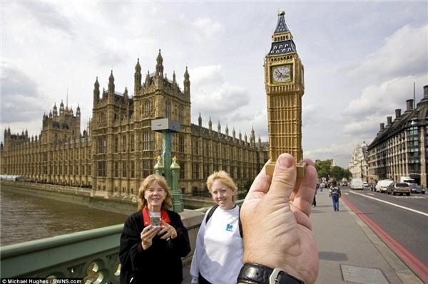 Mô hình tháp Big Ben ở London trông giống thật hơn bao giờ hết khi có hai người phụ nữ xuất hiện ởphía trước.