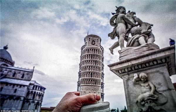 Hughes đã sử dụng chiếc đèn bàn độc đáo mua được tại Ý thay cho hính dáng thật của tháp nghiêng Pisa nổi tiếng.