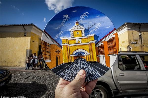 Hughes đã sử dụng một chiếc đĩa được trang trí nhiều màu sắc để thay thế choArco de Santa Catalina ở Guatemala.