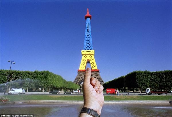 Với món đồ lưu niệm màHughes mua được tại Paris, anh đã tạo nên một dáng vẻ khác thật rực rỡcho tháp Eiffel.