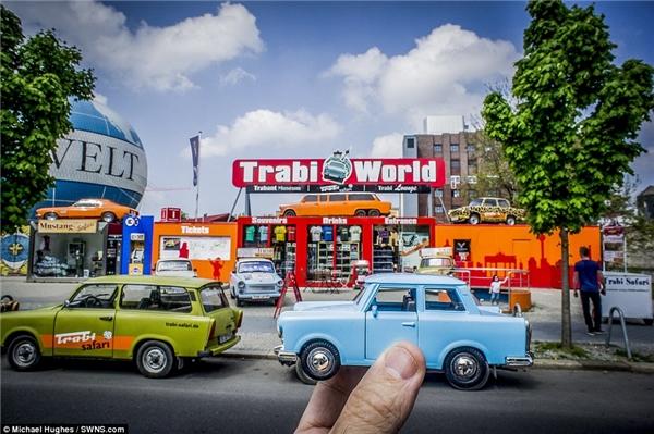 Đây là một ví dụ điển hình cho sự kết hợp hoàn hảo giữa xe đồ chơi và xe thật được chụp lại tại bảo tàngCheckpoint Charlie Trabi ở Đức.