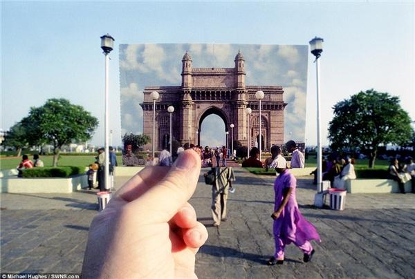 Cổng Ấn Độ được thay thế bằnghình ảnh tương tựtrên tấm bưu thiếp với dòng người đông đúc đang di chuyểnqua lại trên đường.