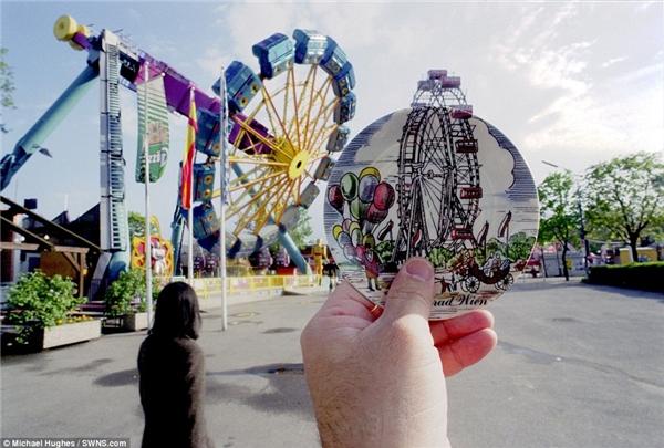 Một cái đĩa in hình cối xay gió đã phản ánh rõ được chân dung của một công viên giải trí tại Vienna, Áo.
