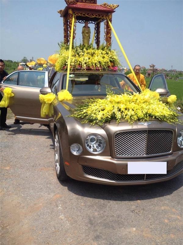 Đi đầu đám tang là chiếc xe nhãn hiệuBentley Mulsanne. (Ảnh: Internet)